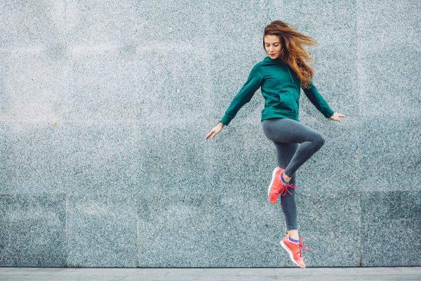Vrouw met een sportieve outfit