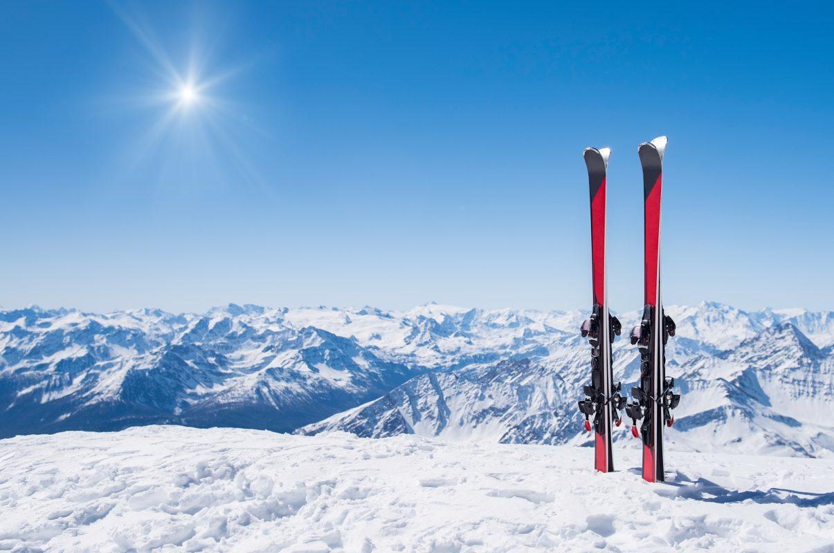 Twee ski's in de sneeuw