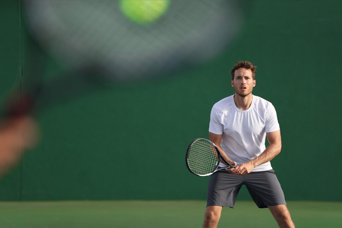 Man is aan het tenissen
